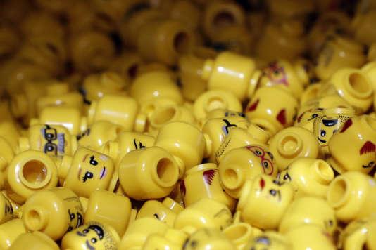 Epées, sabres laser et conflit : la violence s'est installée chez les Lego