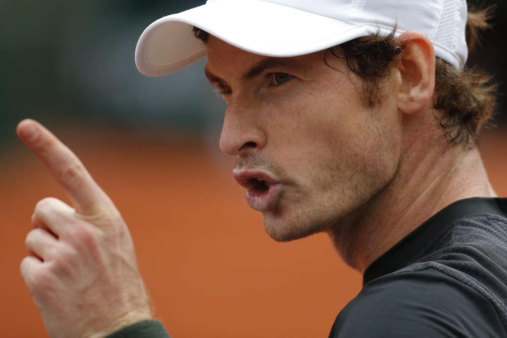 Le Britannique Andy Murray s'est sorti du premier tour de Roland-Garros face au vétéran tchèque Radek Stepanek, 37 ans, en deux jours et cinq sets 3-6, 3-6, 6-0, 6-3, 7-5. La veille, Stepanek (128e mondial) avait gagné deux sets avant la remontée de Murray, qui menait 4-2 dans le quatrième, lorsque la rencontre a été interrompue par l'obscurité.L'Ecossais, tête de série n° 2, a conclu mardi après 3 h 41 min de jeu.