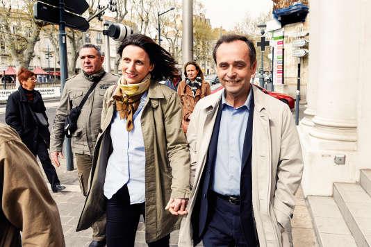 Emmanuelle Duverger avec son époux Robert Ménard, en mars 2014, à Béziers, lors du second tour des élections municipales.