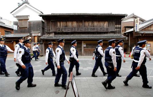 Des policiers passent devant le grand temple d'Ise mercredi 25 mai.