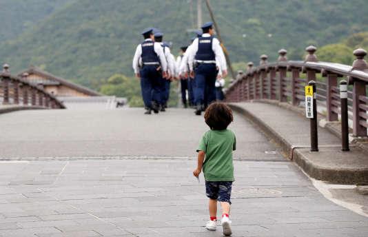 Sur un pont près du grand temple d'Ise, où se déroule le G7 jeudi 26 et vendredi 27 mai.