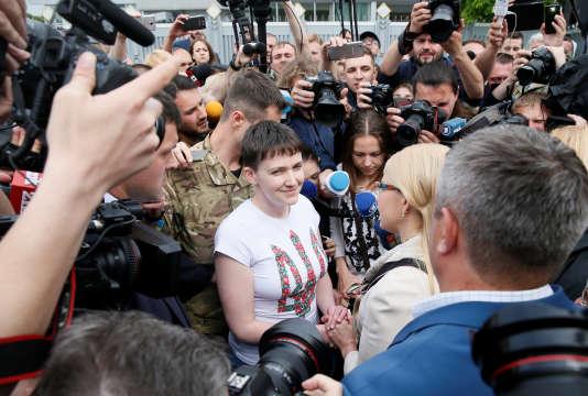 A son arrivée, mercredi 25 mai, Nadia Savtchenko était entourée d'une foule de journalistes. La pilote ukrainienne a adressé ses premiers mots aux «mères d'Ukraine».