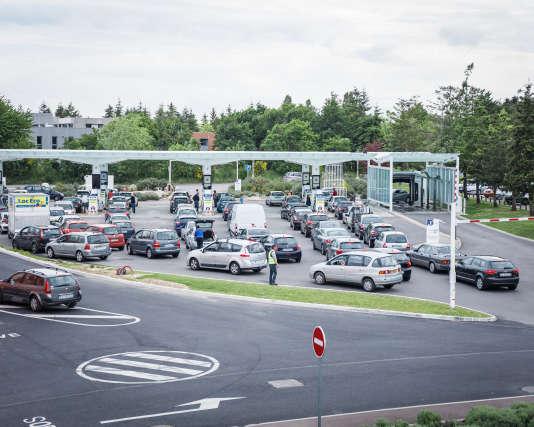 File d'attente à la pompe à essences ducentre commercial Atlantis, le 24 mai,à Nantes, où les carburants sont rationnés par arrété préfectortal.