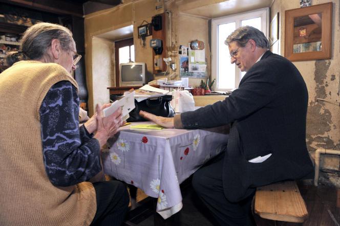 Consultation à domicile par un médecin généraliste à Egliseneuve-d'Entraigues, dans le Puy-de-Dôme, en 2013.