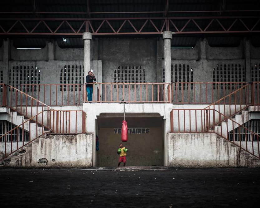 Nommé au Grand Prix, William Dupuy (Picturetank) est aussi médaille d'ordans la catégorie Reportage pour sa série«Boxe au Congo, une vie de combat». Ici, lestade des Volcans, à l'entrée du bidonville deGoma, attend les jeunes du club créé par Balezi Bagunda, alias Kibomango, ex-enfant soldat devenuchampion des mi-lourds de la RDC en 2008.