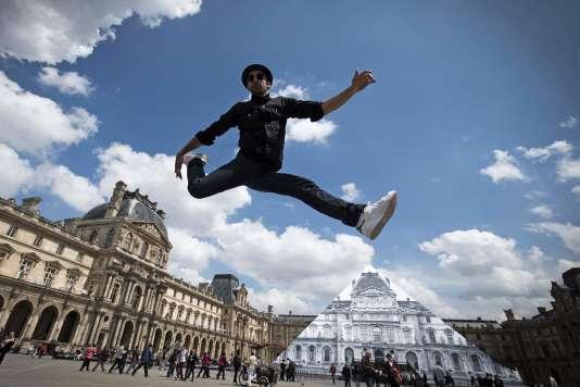 JR le jour de l'inauguration de son installation au Louvre, mercredi 25 mai.