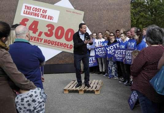 Le premier ministre britannique, David Cameron, à Oxfordshire, alertant sur le coût d'un« Brexit» pour chaque foyer, le 14 mai 2016.
