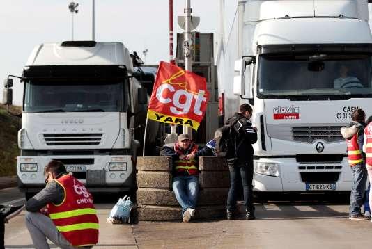 Le pont de Normandie bloqué mercredi matin par la CGT du Havre pour exiger le retrait de la loi travail.