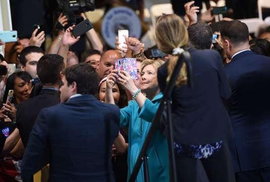 La candidate démocrate Hillary Clinton lors d'un selfie àCommerce, près de Los Angeles, en Californie, le 24 mai 2016.
