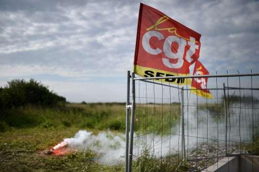 Près de la raffinerie Total de Donges (Loire-Atlantique), dont l'accès est bloqué par des grévistes, le 25 mai.