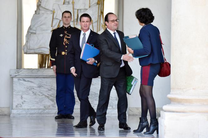 Francois Hollande, Manuel Valls et Myriam ElKhomri à la sortie du conseil des ministres, mercredi25mai.