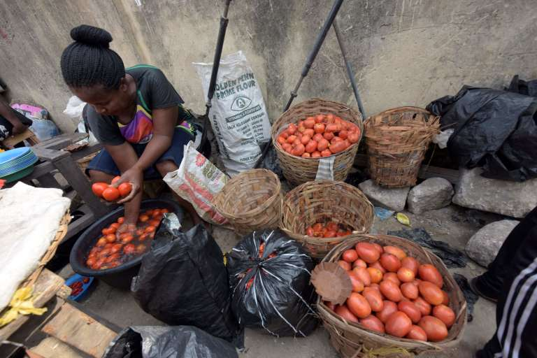 Une vendeuse de tomates sur un marché de Lagos.