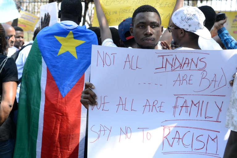 Des membres de l'Association des étudiants africains en Inde manifestent contre le racisme.