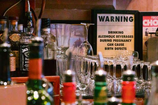 Un panneau déconseillant aux femmes enceinte de boire de l'alcool, le 6 mai à New York.