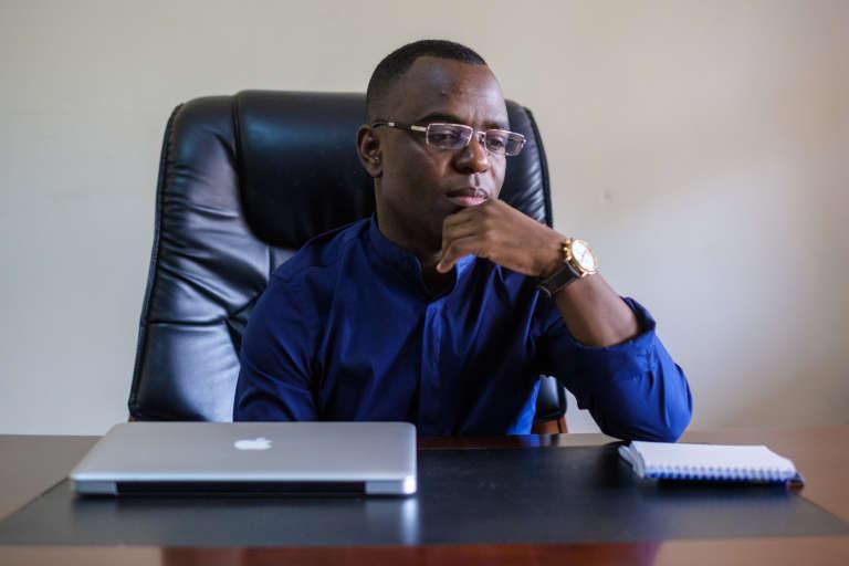 Frank Mugisha dans son bureau, à Kampala.