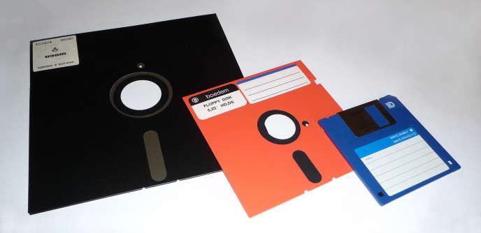 Tout à gauche, la disquette de 8 pouces.
