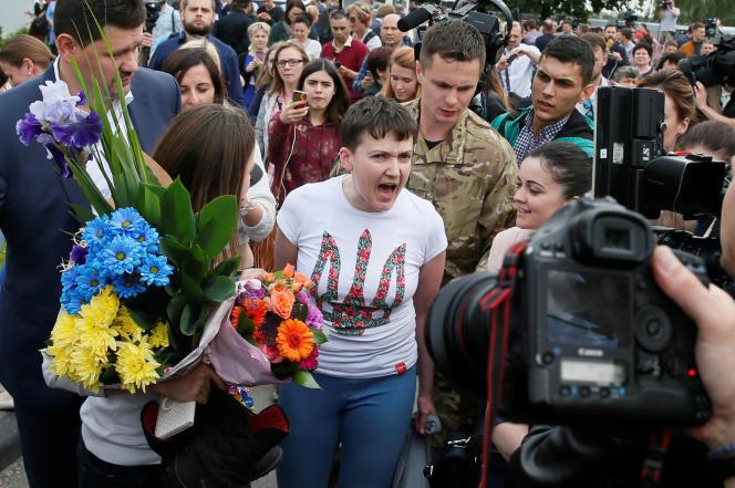 Nadejda Savtchenko s'adresse à la presse, lors de son arrivée à l'aéroport de Kiev, mercredi 25 mai.