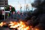 Vers 6 heures du matin, jeudi 26 mai, des militants de la CGT bloquent le port de Brest.