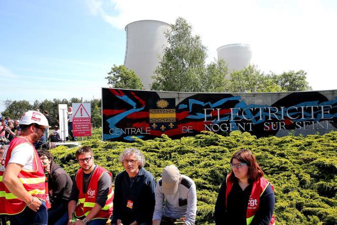 Des grévistes devant la centrale de Nogent-sur-Seine, dans l'Aube, jeudi 26 mai 2016.