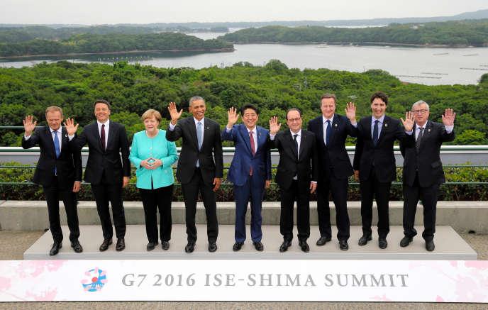 Les leaders du G7 posent avec le président du conseil européen, Donald Tusk (àgauche) et le président de la commission européenne,Jean-Claude Juncker (àdroite), le26mai.