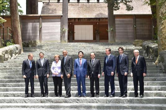 Les participants au sommet du G7 posent devant le temple d'Ise, au Japon.