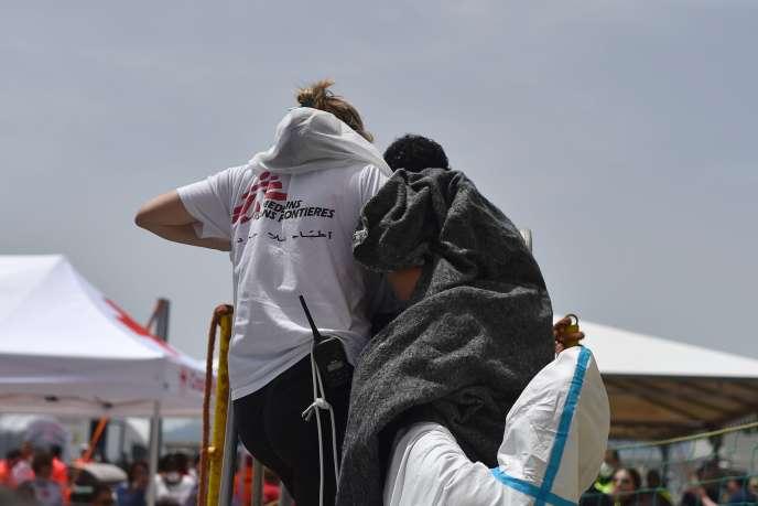 Un migrant secouru par un membre de l'ONG Médecins sans frontières sur le bateau«Aquarius», au large de la Sardaigne, fin mai.