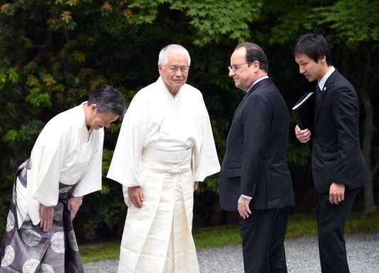 Le président français, François Hollande, accueilli par des prêtres shintoïstes jeudi 26 mai à Ise, au Japon.