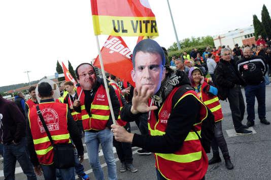 A Vitrolles, des manifestants arborent des masques de François Hollande et Manuel Valls, le 26 mai.