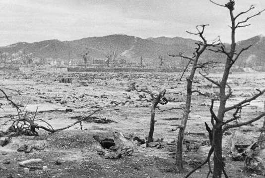 Hiroshima, quelques jours après le largage d'une bombe atomique sur cette ville par l'armée américaine, le 6 août 1945.