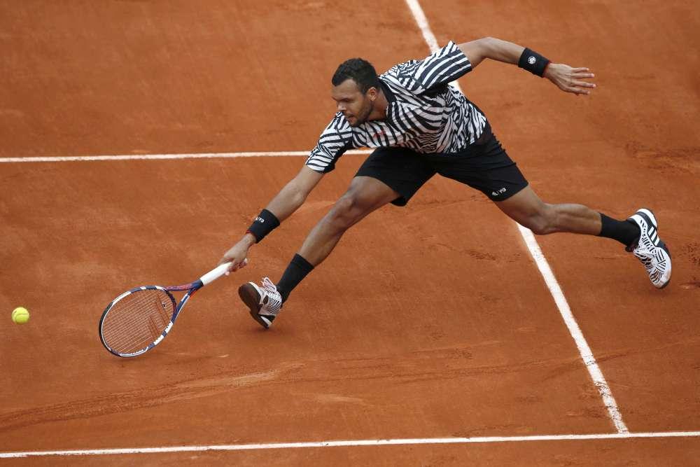 Jo-WilfriedTsongaa retourné la situation face au Chypriote Marcos Baghdatis et s'est qualifié pour le troisième tour de Roland-Garros en cinq sets, après avoir perdu les deux premiers, 6-7 (6/8), 3-6, 6-3, 6-2, 6-2.