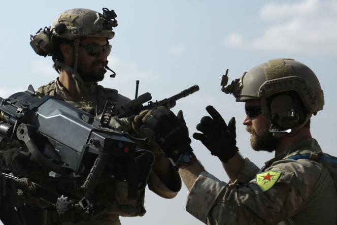Extrait du reportage de Delil Souleiman, décrypté sur le site «Making-of» de l'AFP. A droite, sur le bras du soldat, l'écussion des YPG.