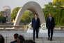 Le président américain Barack Obama et le premier ministre japonais Shinzo Abe viennent de déposer une couronne de fleurs devant le cénotaphe (au premier plan) et le dôme de Genbaku ou dôme de la Bombe Atomique (en arrière-plan) dans le parc du Mémorial de la Paix de Hiroshima.