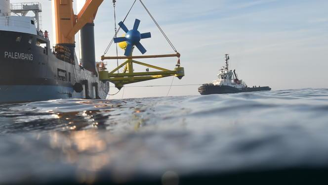 L'hydrolienne D10 de Sabella lors de son immersion près de l'île d'Ouessant en juin 2015.