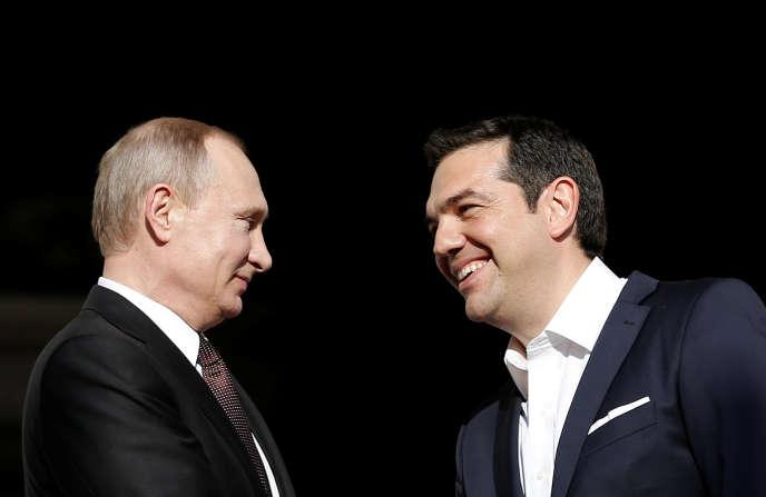 Le premier ministre grec, Alexis Tsipras (à droite), accueille le président russe, Vladimir Poutine, à la villa Maximos, sa résidence officielle à Athènes, le 27 mai.