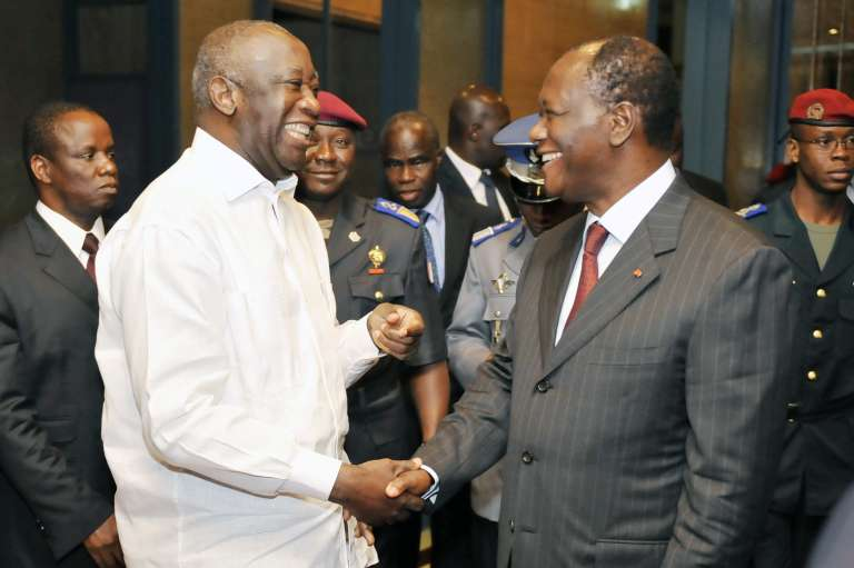 Le 6 septembre 2010, le président ivoirien Laurent Gbagbo et le président du Rassemblement des républicains (RDR) Alassane Ouattara se félicitent de la future tenue de l'élection présidentielle le 31 octobre.