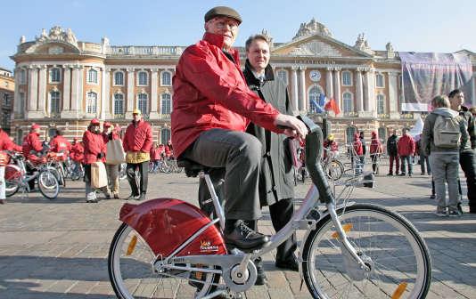"""Le fondateur du groupe Decaux, Jean-Claude Decaux, s'apprête à faire du vélo, le 16 novembre 2007 sur la place de la mairie à Toulouse, lors de l'inauguration du système de location de vélos appelé """"VéloToulouse""""."""