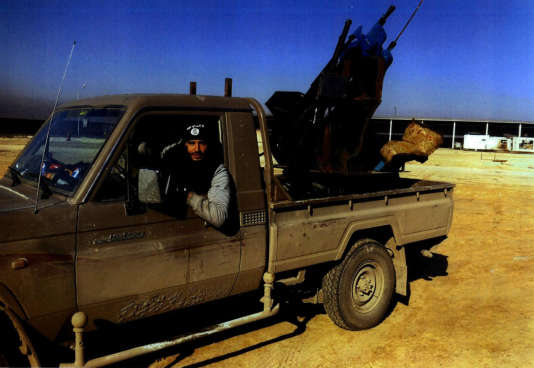 Foued Mohamed-Aggad, 21 ans, au volant d'un pick-up en Syrie.