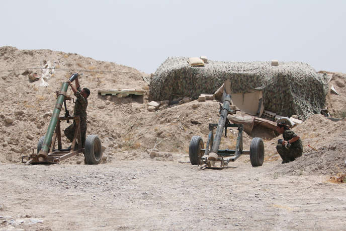 Des combattants des Forces démocratiques syriennes (dominées par les Kurdes du PYD et soutenues par Washington prennent position face à l'organisation Etat islamique dans le nord de Rakka, le 27 mai 2016.
