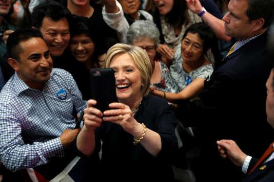 «Comme les secrétaires d'Etat précédents, j'ai utilisé un compte e-mail personnel», a expliqué Hillary Clinton– ici, le 26 mai 2016 à San Francisco– à CNN.