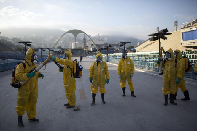 Des travailleurs sanitaires aspergent des insecticides pour lutter contre la prolifération du moustique «Aedes aegypti», responsable du virus Zika, à Rio de Janeiro, le 26 janvier.