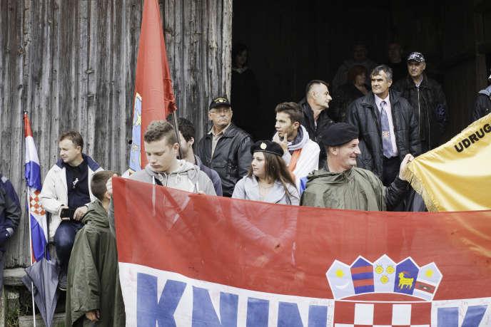 Plus de dix mille militants nationalistes brandissant des symboles rappelant le régime croate pronazi de 1941-1945 lors des céremonies de commémoration du massacre de Bleiburg, en Autriche, le 14 mai 2016.