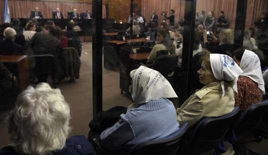Des membres de l'organisation les Mères de la place de Mai lors du procès consacré à l'opération Condor, à Buenos Aires, le 27 mai.