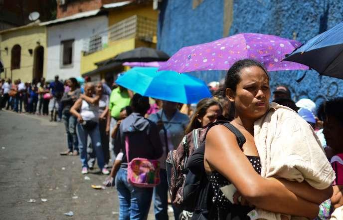 Foule faisant la queue pour acheter des produits de nécessité devant un supermarché de Lidice, dans la banlieue de Caracas, au Venezuela, le 27 mai.