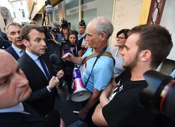Emmanuel Macron parle avec un opposant, le 27 mai à Lunel.
