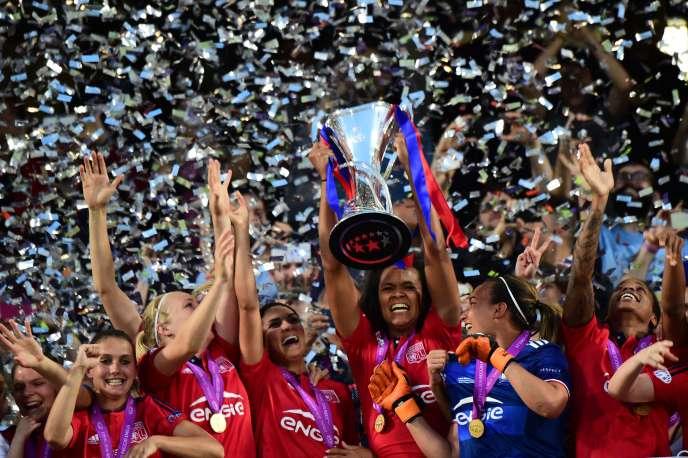 Les Lyonnaise soulèvent le trophée de la Ligue des champions, le 26 mai.