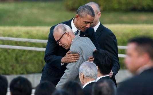 Barack Obama embrasse Mori Shigeaki, survivant de l'attaque atomique d'Hiroshima.