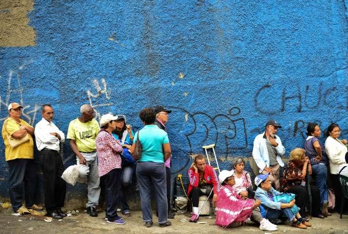 Des habitants du quartier pauvre de Lidice font la queue devant un supermarché à Caracas, vendredi 27 mai 2016.