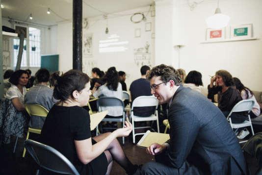 The School of Life organise ses cours de trois heures autour deprojections d'extraits de films, de débatset de «happenings» interactifs.