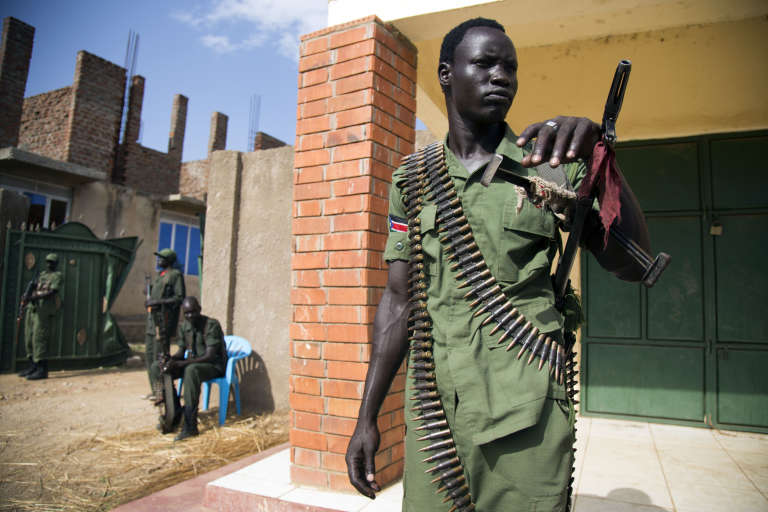 Un membre de l'Armée de Libération du Soudan, devant un site militaire à Juba.