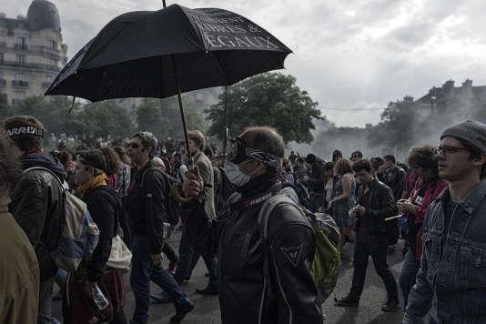Des personnes défilent, le 26 mai 2016 dans les rues de Paris, lors d'une manifestation contre la loi Travail.